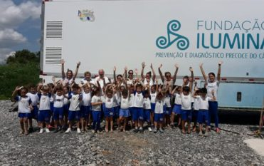 Alunos da Escola Aquarela visitam Fundação Ilumina e fazem entrega de doação